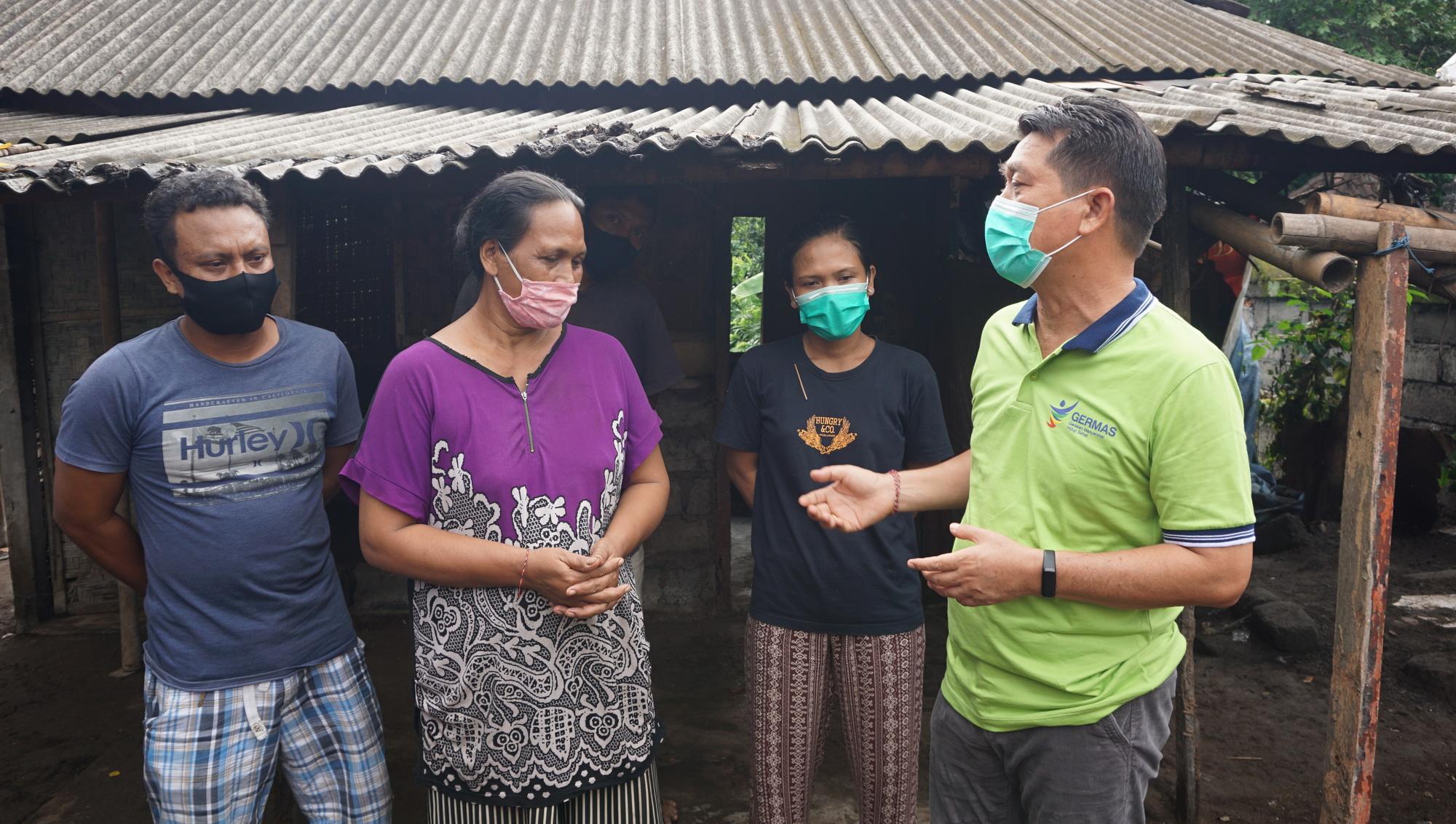 BUPATI Suwirta melakukan dialog dengan Ketut Lendri (55), warga Banjar Kemoning, Kelurahan Semarapura Klod, Klungkung, Selasa (5/1/2021). Foto: ist
