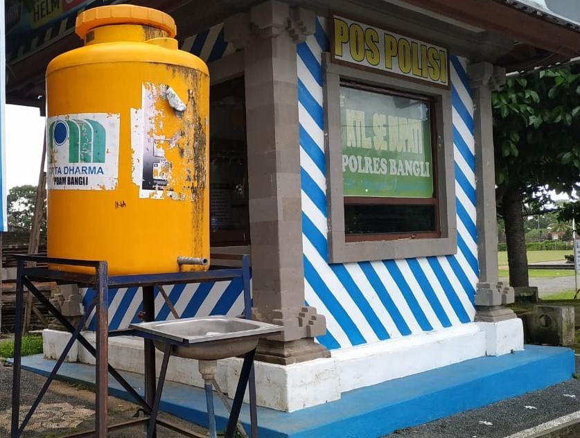 TEMPAT cuci tangan di Lapangan Kapten Mudita, tepatnya di depan kantor Bupati, prihatinkan. Selain tak berisi air dan sabun, keran air juga hilang, hanya menyisakan tong airnya saja. Foto: gia