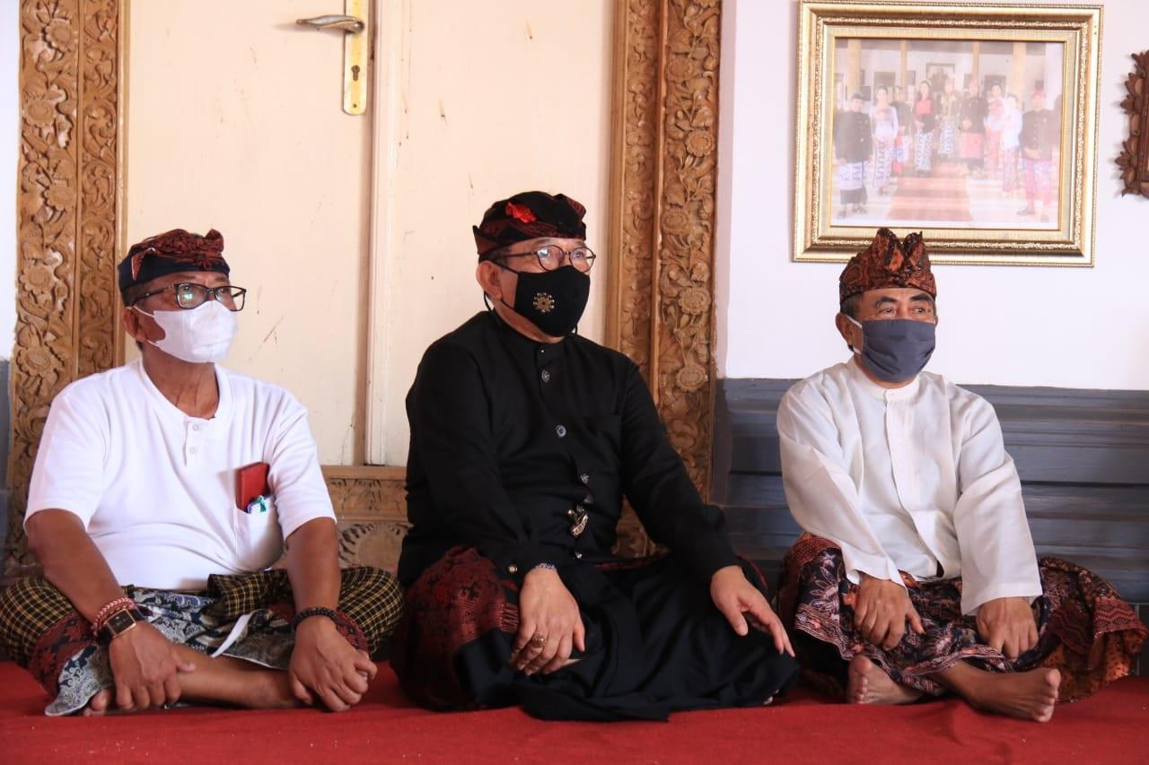 TJOK. Oka Artha Ardhana Sukawati melayat ke Puri Agung Klungkung, Minggu (3/1/2021) dan diterima Ida Dalem Semaraputra. Foto: ist
