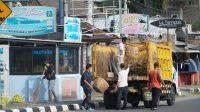 JAJARAN Dinas Pariwisata Lobar saat melakukan aksi bersih-bersih kawasan wisata Senggigi Sabtu (2/1/2021). Foto: ist