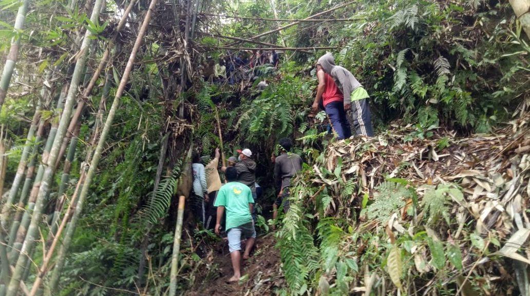 PROSES evakuasi jenazah I Wayan Ragia (80), warga Banjar/Desa Abuan, Kecamatan Kintamani, Bangli yang ditemukan tewas diduga terpelesat saat mencari bambu. Foto: ist