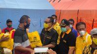 KETUA DPD Partai Golkar Jembrana, I Made Suardana, menyerahkan bantuan paket sembako kepada warga yang terdampak banjir di wilayah Kecamatan Pekutatan, Jembrana, Sabtu (23/1/2021). Foto: ist