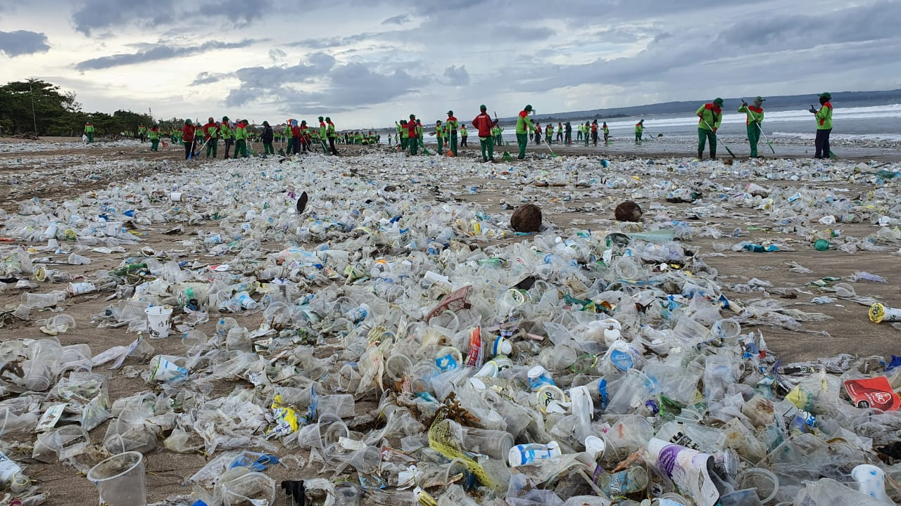 PETUGAS DLHK Badung berjibaku membersihkan sampah kiriman di Pantai Samigita. Foto: ist