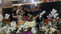 KELUARGA Joger tampak memotong kue ulang tahun dalam puncak hari jadi Joger yang baru ke-40 serta hari pernikahan Mr. dan Mrs. Joger yang baru ke-40 + 2 tahun. Foto: alt
