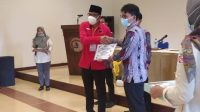 KETUA KPU menyerahkan dokumen pleno penetapan kepada Ketua Tim Pemenangan Joda akbar . Foto: fik