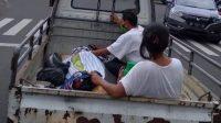 JENAZAH Gede Seni diangkut dengan pikap dari RSUD Buleleng menuju rumahnya pada Sabtu (23/1/2021) karena tidak ada biaya membayar ambulans. Foto ini sempat viral di medsos. Foto: ist
