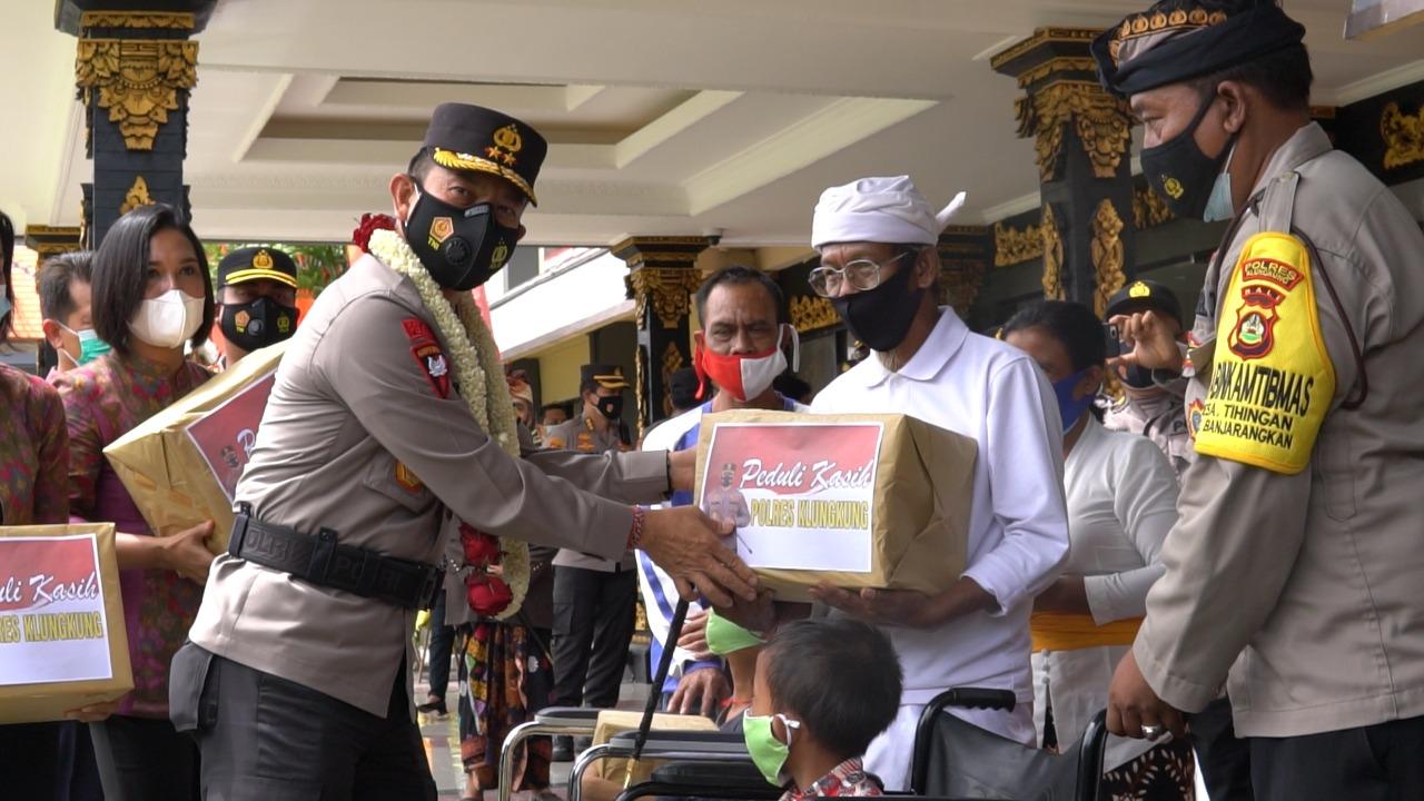 KAPOLDA Bali, Irjen Putu Jayan Danu Putra, menyerahkan bantuan sembako kepada warga difabel di halaman Polres Klungkung. Foto: ist
