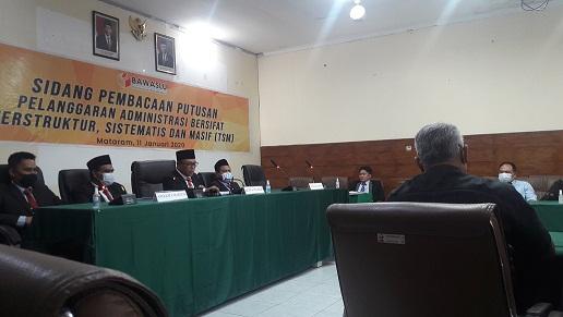 KETUA Majelis Hakim Bawaslu NTB, M. Khuwailid, didampingi empat hakim lainnya saat menyampaikan putusan terkait dugaan TSM Pilkada Sumbawa, Senin (11/1/2021). Foto: rul