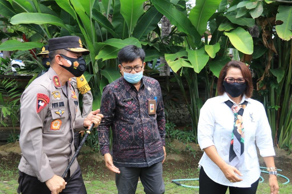 KETUT Ariyani (kanan) bersama I Ketut Rudia (tengah) menyambut Kapolda Bali, Irjen Putu Jayan Danu Putra, saat audiensi ke Bawaslu Bali. Foto: ist