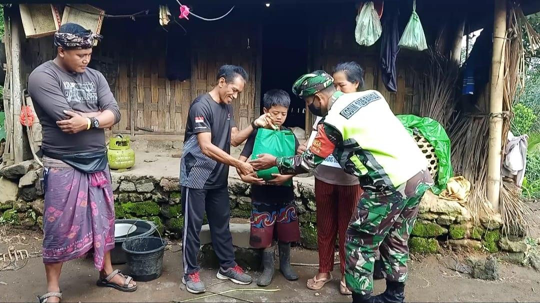 KODIM 1626/Bangli menggandeng komunitas Bali Trail Running menyerahkan bantuan paket sembako kepada anak yatim-piatu dan lansia di Desa Subaya, Kintamani, Bangli, Minggu (24/1/2021). Foto: ist