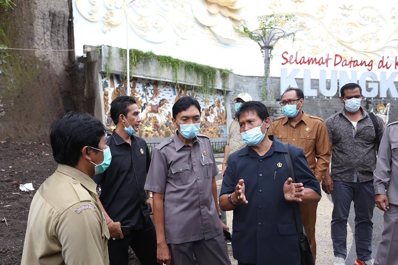 KOMISI II DPRD Klungkung meninjau proyek penataan tebing Tusan di Desa Tusan, Kecamatan Banjarangkan, pada Senin (4/1/2021). Foto: ist