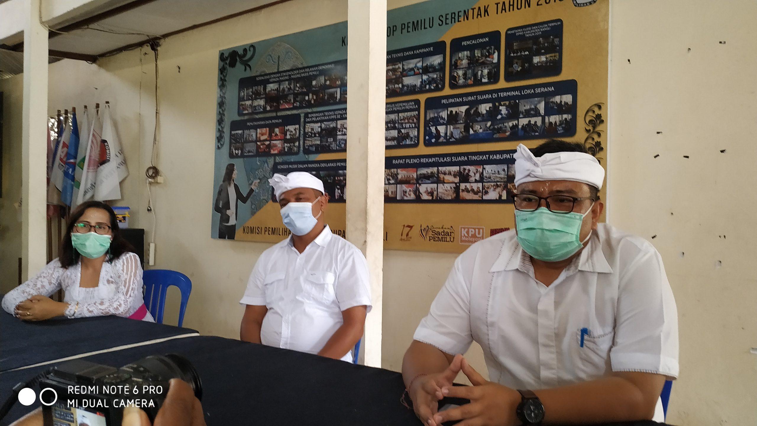 PLH Ketua KPU Bangli, I Gede Roy Suparman, didampingi dua komisioner saat memberikan keterangan pelaksanaan penetapan Bupati dan Wakil Bupati Bangli terpilih. Foto: ist