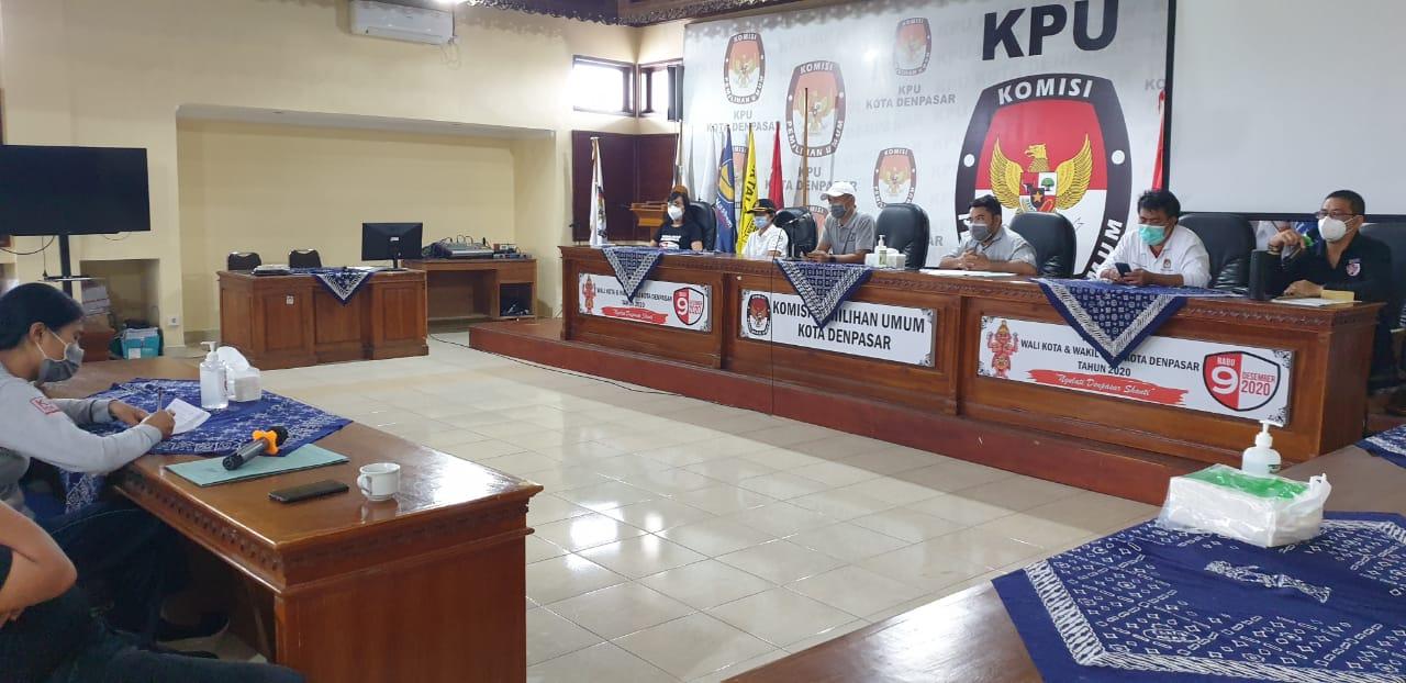 KPU Denpasar melaksanakan rapat persiapan pleno penetapan paslon pemenang Pilkada Denpasar 2020, Jumat (22/1/2021). Foto: hen