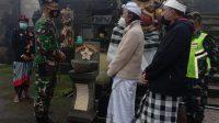 KODIM 1626/Bangli memasang wastafel di depan Pura Ulundanu Batur. Foto: ist