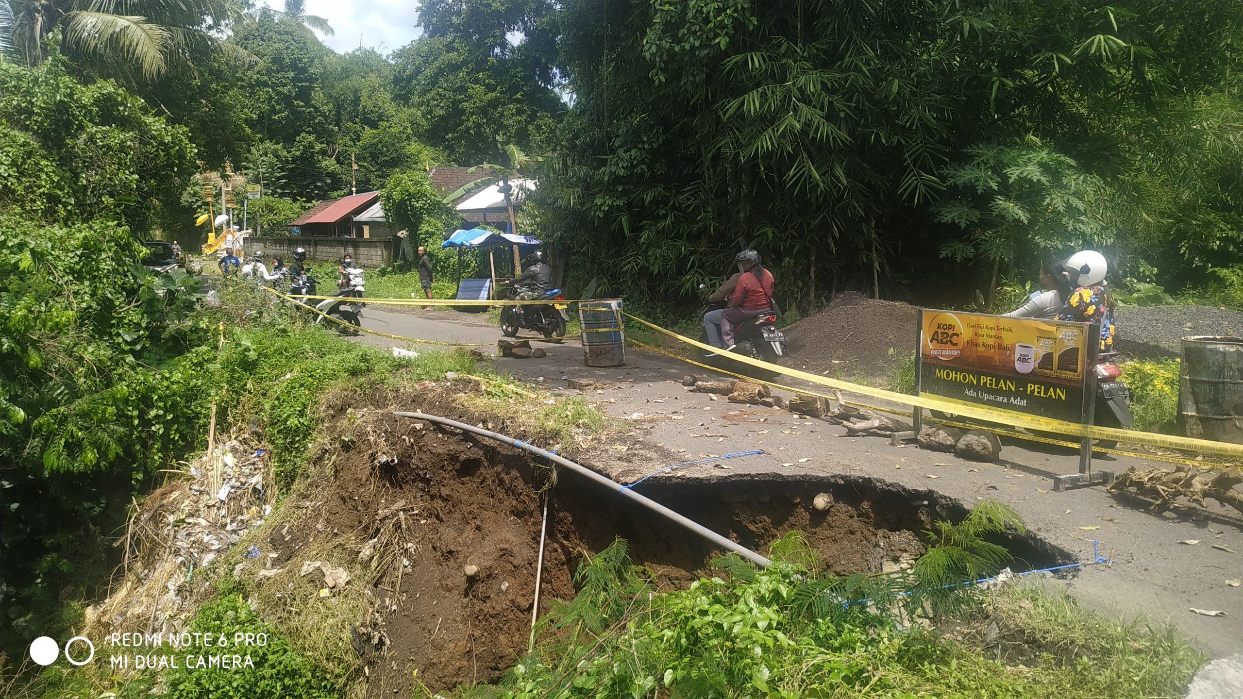 KONDISI jalan ambrol di timur SDN 3 Apuan, Kecamatan Susut, Bangli. Akibatnya, jalan hanya bisa dilintasi kendaraan roda dua, sedangkan roda empat tidak bisa lewat. Foto: ist