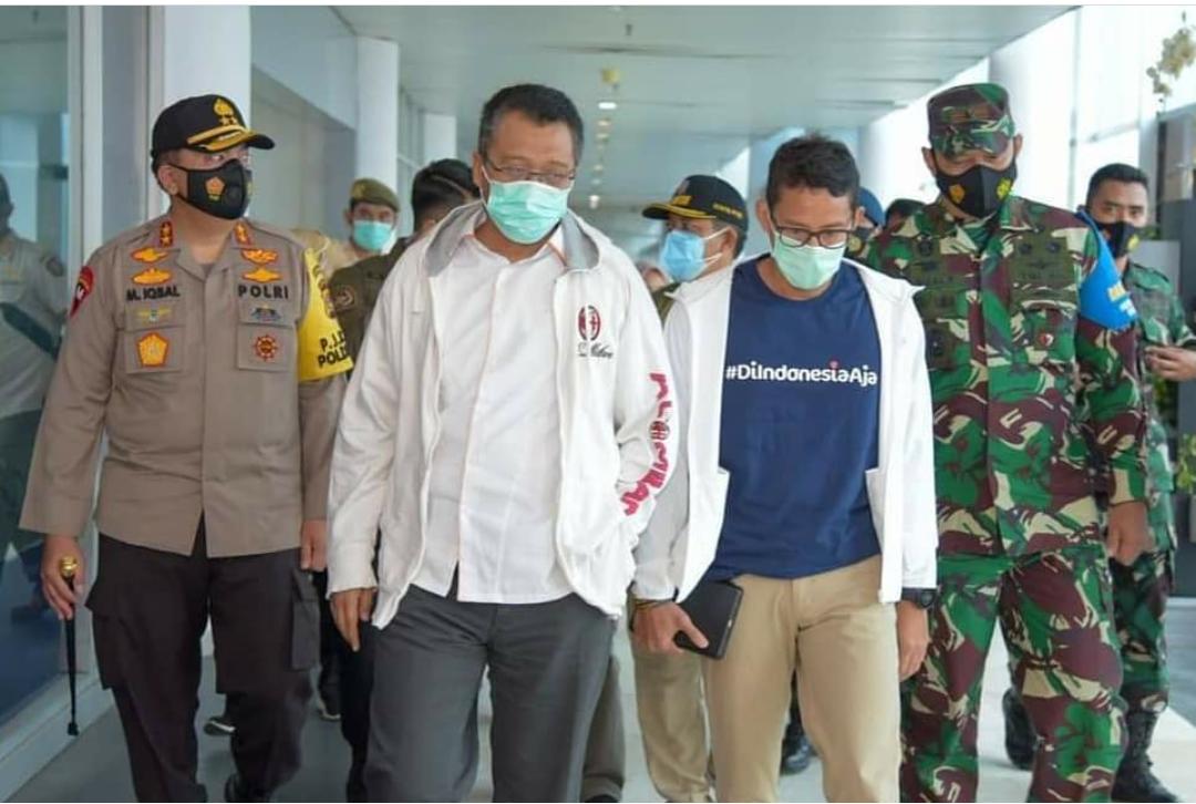 MENPAREKRAF Sandiaga Uno (dua kanan) saat berbincang dengan Gubernur Zulkieflimansyah, Kapolda dan Danrem di pintu kedatangan Bandara Lombok, Jumat (15/1/2021). Foto: rul
