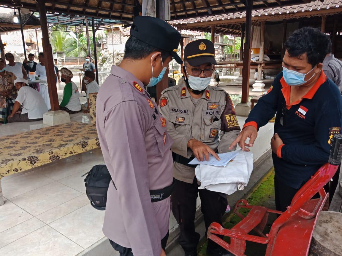 PETUGAS dari Polsek Blahbatuh melakuan olah TKP di Pura Ulun Suwi Sakenan, Banjar Tengah, Blahbatuh, Gianyar, Minggu (3/1/2021). Foto: ist