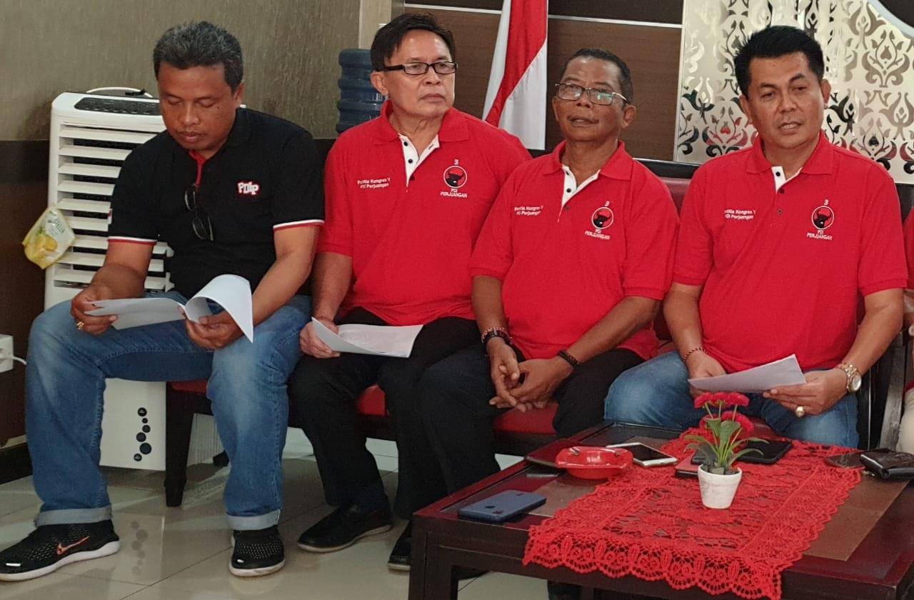 DEWA Made Mahayadnya (kanan) saat suatu kegiatan di DPD PDIP Bali, beberapa waktu lalu. Foto: hen