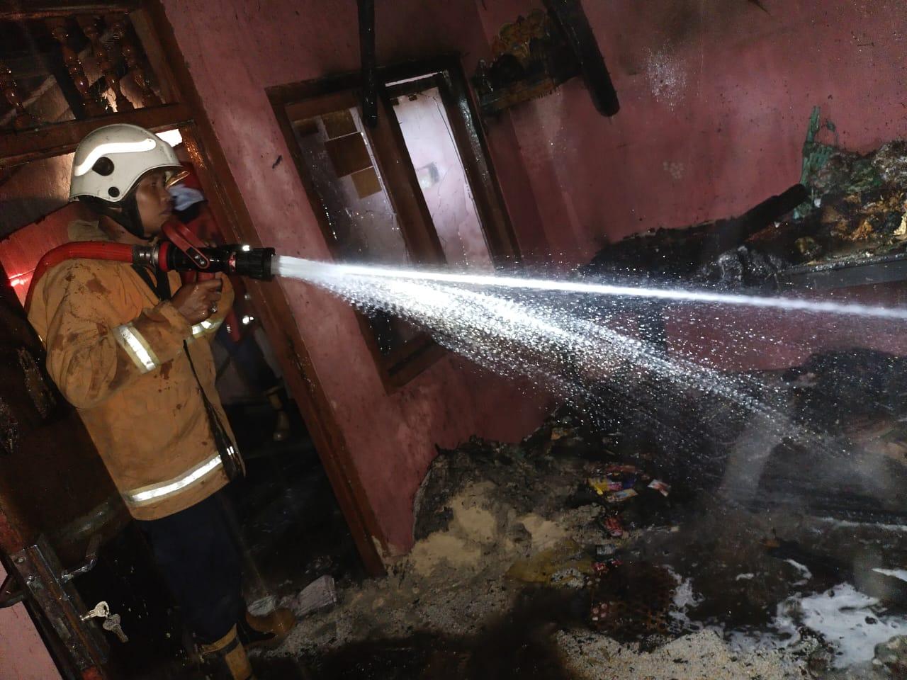 PETUGAS pemadam kebakaran memadamkan api yang menghanguskan satu bangunan di Banjar Penginyahan, Desa Tianyar, Kubu, Karangasem, Minggu (17/1/2021) tengah malam. Foto: ist