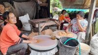PENGUSAHA tepung sagu di Banjar Lumbuan Kawan, Desa Sulahan, Kecamatan Susut, Bangli, dihadapkan berbagai kendala seperti cuaca, pandemi Covid-19, dan minimnya bahan baku.