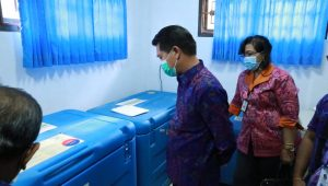 BUPATI Suwirta mengunjungi lokasi penyimpanan vaksin Covid-19 di UPTD Instalasi Farmasi Banjarangkan bersama Kepala Dinas Kesehatan, dr. Made Adi Swapatni, Selasa (26/1/2021). Foto: ist