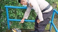Polisi menunjukkan benda diduga pratima yang ditemukan petugas kontrol air di bendungan Petemon, Desa Pejeng Kelod, Tampaksiring, Gianyar. Foto: ist