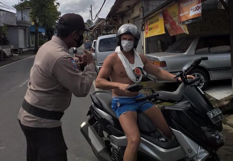 ANGGOTA Polsek Ubud sosialisasi prokes kepada orang asing yang tinggal di Ubud. Foto: adi