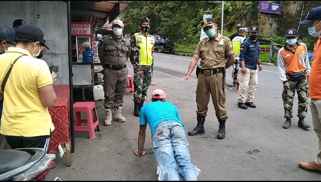 PETUGAS gabungan TNI, Polri, Satpol PP, BPBD, Dinas Kesehatan dan pecalang menindak 13 pelanggar prokes di Penelokan. Foto: ist