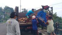 MASYARAKAT Desa Pecatu mengevakuasi batang kayu dan sampah kiriman dari Pantai Labuan Sait, dengan menggunakan katrol listrik. Foto: ist