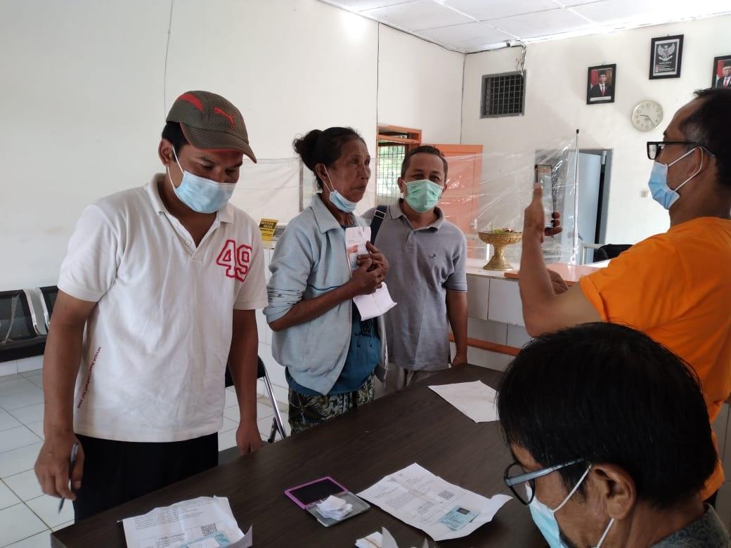 PARA penerima BST di Kabupaten Bangli saat proses pencarian BST di Kantor Pos. Foto: ist