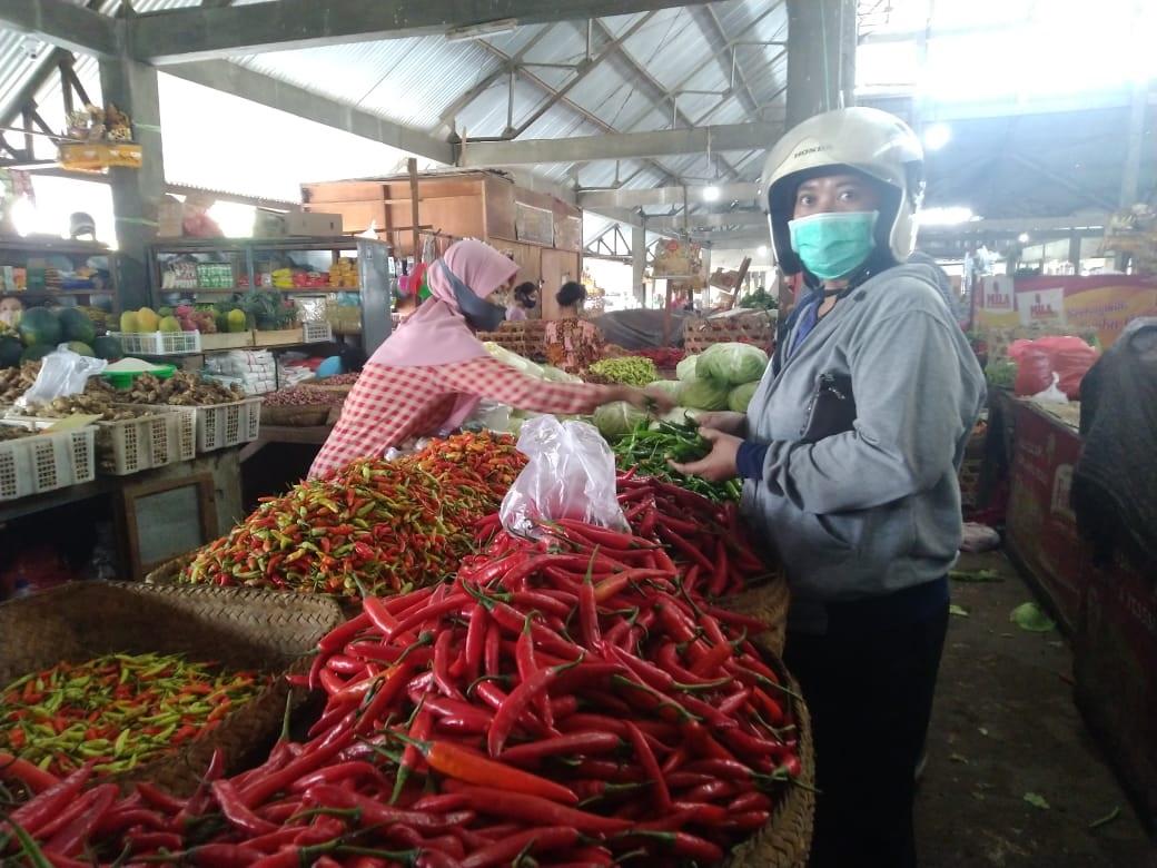 Pedagang di Pasar Anyar Singaraja SALAH satu pedagang cabai di Pasar Anyar Singaraja. Foto: rik