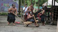 PAGELARAN permainan rakyat di bantaran Tukad Bindu, Kesiman serangkaian Denpasar Festival (Denfest) ke-13 yang digelar pada Kamis (31/12/2020) dengan menerapkan prokes ketat. Foto: ist