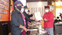 BUPATI Tabanan terpilih I Komang Gede Sanjaya saat menerima Berita Acara Penetapan Calon Bupati dan Wakil Bupati Tabanan Terpilih dari Ketua KPU Tabanan I Gede Putu Weda Subawa, Sabtu (23/1/2021). Foto: ist