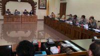RAPAT kerja Komisi III DPRD Bali bersama Balai Besar Pelaksana Jalan Nasional Jatim-Bali dan Balai Wilayah Sungai, Rabu (20/1/2021). Dewan minta program yang dijalankan dengan padat karya itu memprioritaskan warga lokal untuk memberi efek berganda ekonomi, terutama di tengah pandemic Covid-19. Foto: hen