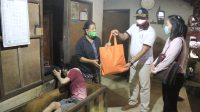 WABUP Kasta menyerahkan bantuan sembako kepada warga penyandang difabel di Desa Akah, Kecamatan Klungkung. Foto: ist