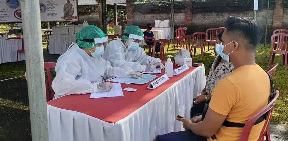 WARGA menjalani tes cepat antigen di Banjar Pengembangan, Pejeng Kangin, Tampak Siring. Foto: ist