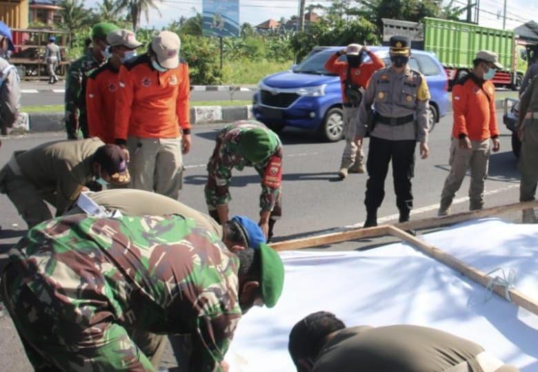 TIM gabungan dari TNI-Polri, Satpol PP, BPBD, serta Dishub Gianyar melaksanakan penertiban baliho. Foto: adi