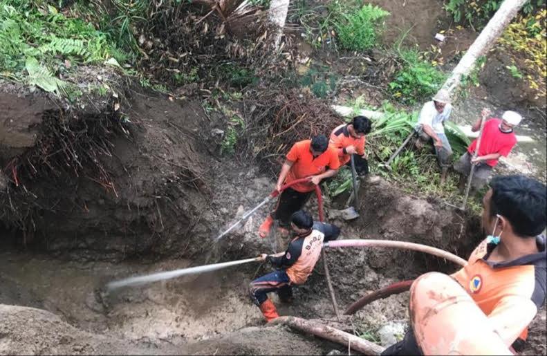 TRC BPBD Gianyar dibantu warga membersihkan material longsor. Foto: adi