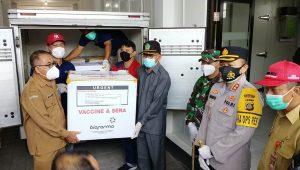 TABANAN kedatangan 7.200 vial vaksin Covid-19 di UPTD Laboratorium Kesehatan Daerah Tabanan atau UPTD Instalansi Farmasi, Selasa (26/1/2021). Foto: gap