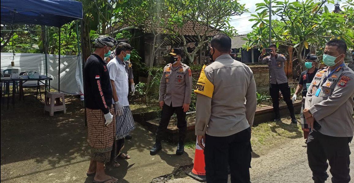 WAKAPOLDA Bali, Brigjen Rockye Harri Langie, mengunjungi Banjar Pengembungan, Desa Pejeng Kangin, Tampaksiring setelah banyak warganya terpapar Covid-19. Foto: adi