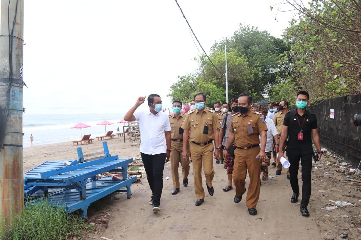 WABUP Badung, Ketut Suiasa; didampingi anggota DPRD AA Anom Gumanti dan OPD terkait meninjau tanah untuk pembangunan Pura Pancung Segara Seminyak, Senin (4/1/2021). Foto: ist