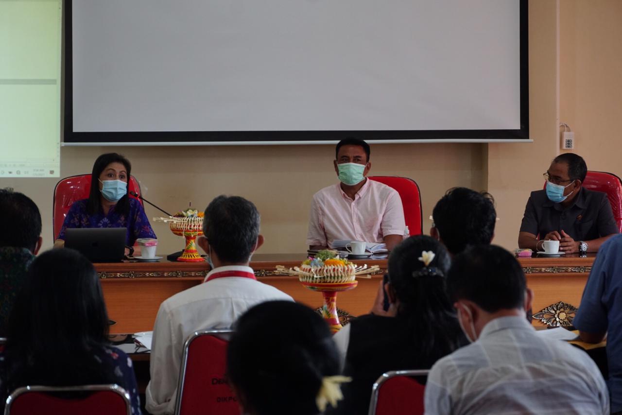 Plt Kepala Dinas Pendidikan, Kepemudaan dan Olahraga Kota Denpasar, AA Made Wijaya Asmara; bersama Sekretaris Komisi IV DPRD Kota Denpasar, Wayan Warka, saat sosialisasi dan konsultasi publik tahap awal draf Ranperda Penyelenggaraan Pendidikan Kota Denpasar, Selasa (5/1/2021). Foto: tra