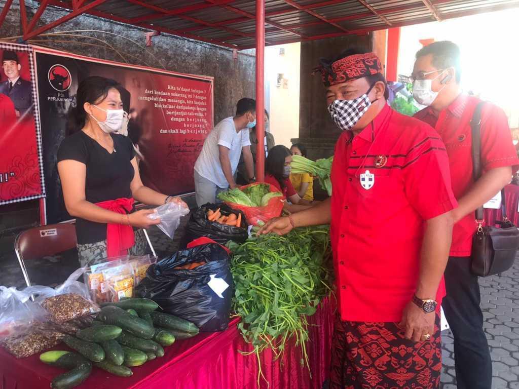KETUA DPC PDI Perjuangan Kota Denpasar, I Gusti Ngurah Gede, dalam sebuah kesempatan kegiatan Pasar Gotong Royong Krama Bali di Sekretariat DPC PDI Perjuangan Kota Denpasar. Foto: tra