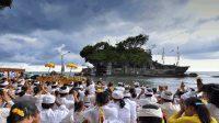 UMAT Hindu saat melaksanakan persembahyangan di Pura Tanah Lot, Tabanan. Foto: istimewa