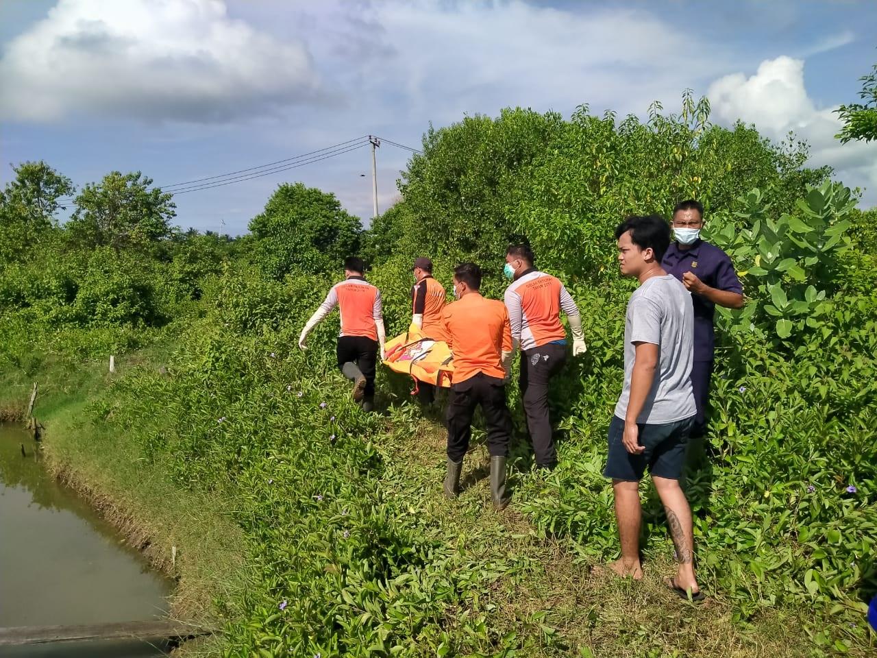 EVAKUASI mayat mengambang di Sungai Awen Mertasari, Kecamatan Negara, Jembrana, Senin (11/1/2021). Foto: ist