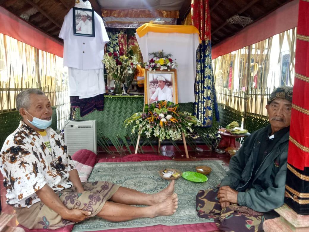 JENAZAH I Wayan Wirasa disemayamkan di rumah duka Banjar Bangah, Baturiti, Tabanan. Foto: tra