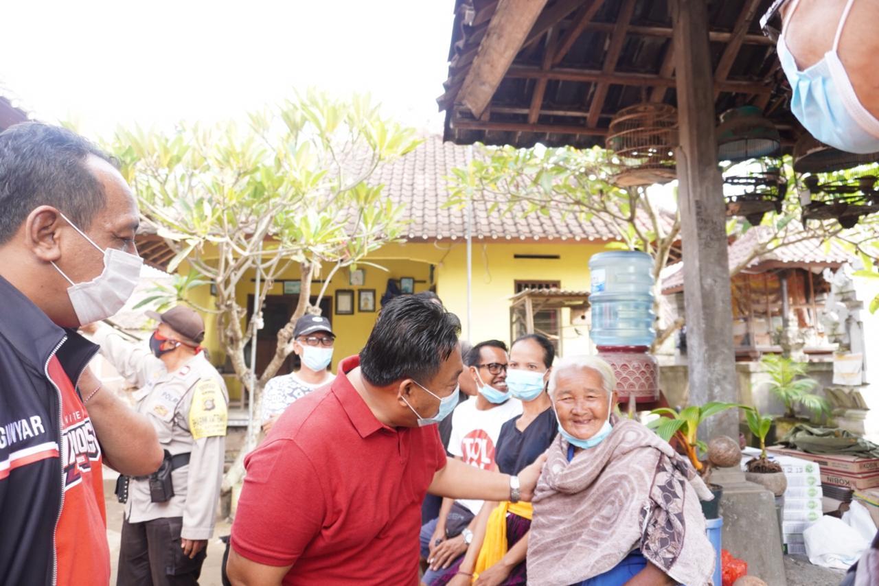 ANGGOTA DPR RI, I Nyoman Parta, saat mengunjungi lansia. Ia meminta pemerintah memperhatikan lansia di masa pandemi Covid-19 ini. Foto: ist