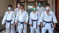 KETUA Umum Pengprov Forki Bali, Ketut Rochineng, dengan tiga karateka yang akan berlaga dalam PON Papua 2021. Foto: alt