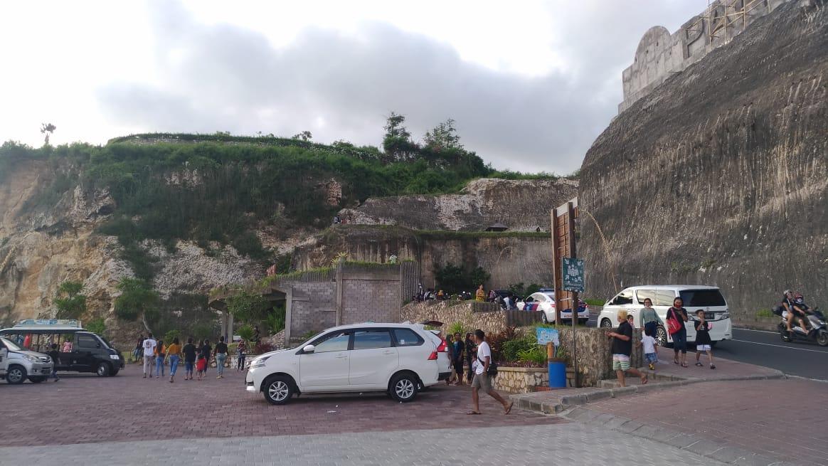 KUNJUNGAN wisatawan ke Pantai Pandawa saat awal tahun 2021. Foto: gay