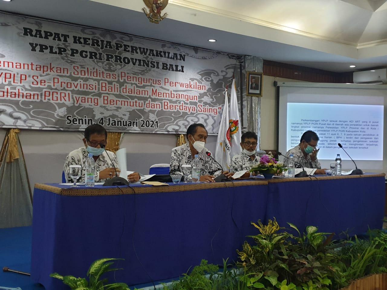 KETUA YPLP PGRI Provinsi Bali, I Made Suada, saat memimpin Rapat Kerja Pengurus Perwakilan YPLP PGRI Provinsi Bali tahun 2021, Senin (4/1/2021). Foto: tra